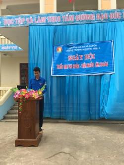 Thầy giáo Tổng phụ trách Hoàng Xuân Hùng tổ chức Ngày hội